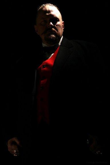 Petja Jäppinen, punainen liivi, musta takki, pimeässä